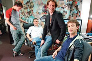 Mark Zuckerberg, right, the chief executive of Facebook, in the office with  early employees, from left, Andrew McCollum, Dustin Moskovitz and Sean Parker, in Palo Alto, Calif., May 24, 2005. Zuckerberg is facing an unfamiliar landscape in running a public company, monitored by a merciless stock market.  *** Local Caption *** Bureau, interieur, employesPhoto d'archive 2005